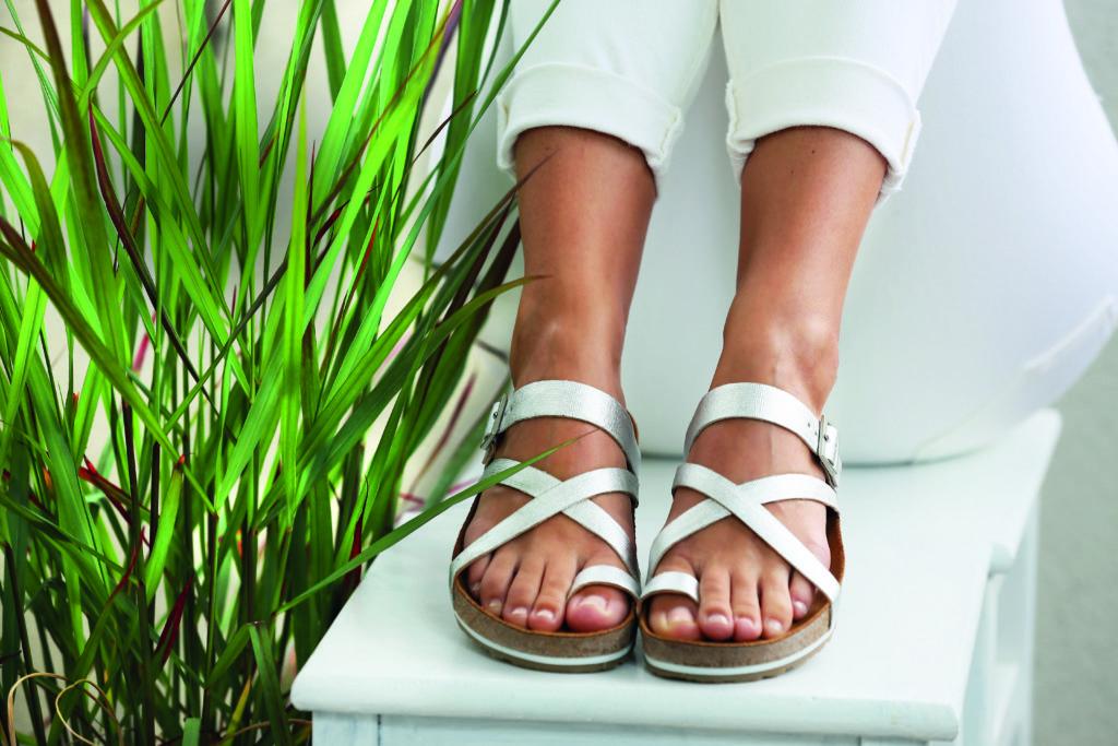 Betere Zo maak je je sandalen en het voetbed schoon - % JY-31
